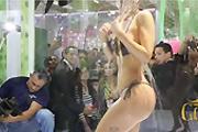 Cláudia Colucci public shower