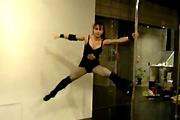Muscle babe pole dance